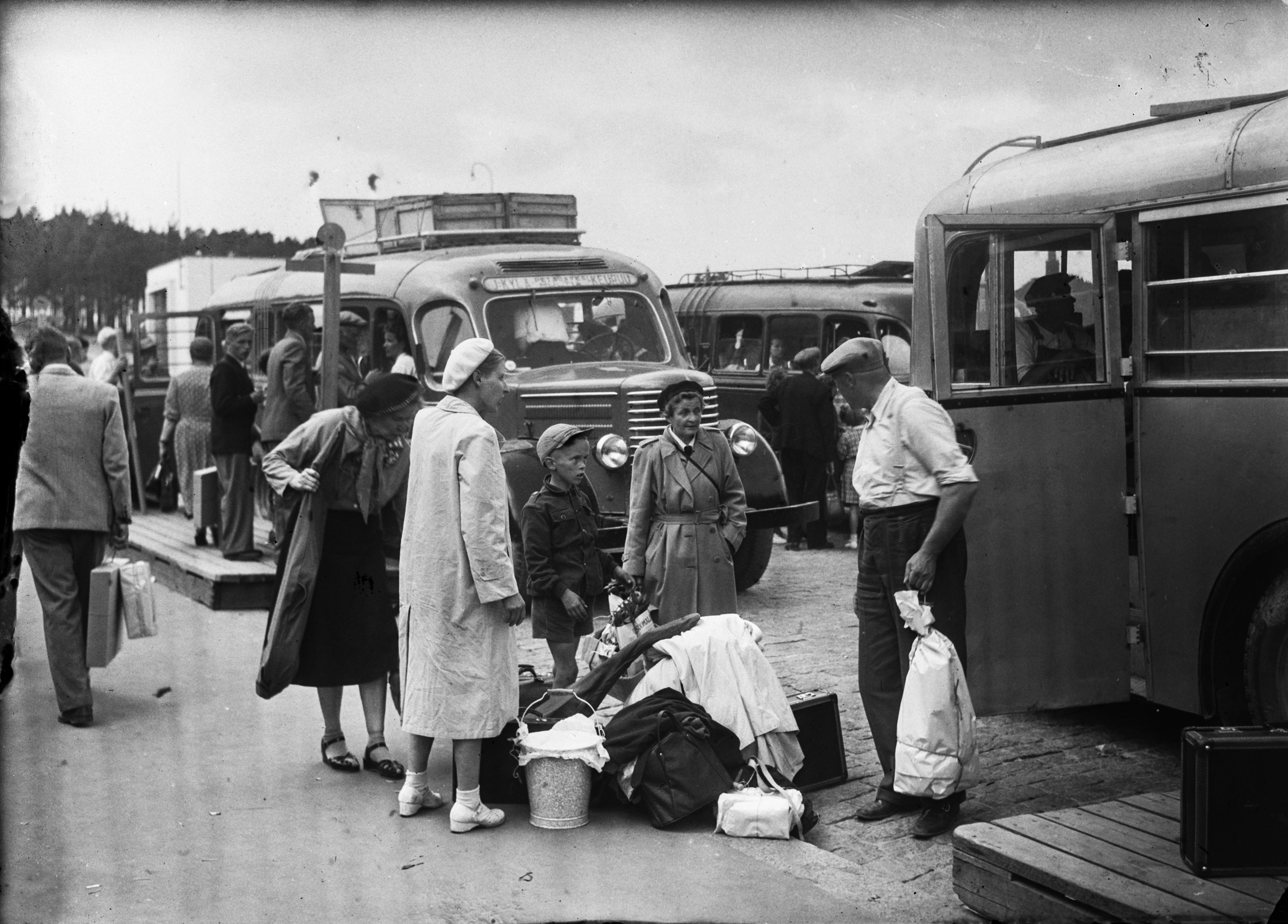 Matkailijoita Jyväskylän linja-autoasemalla 1950