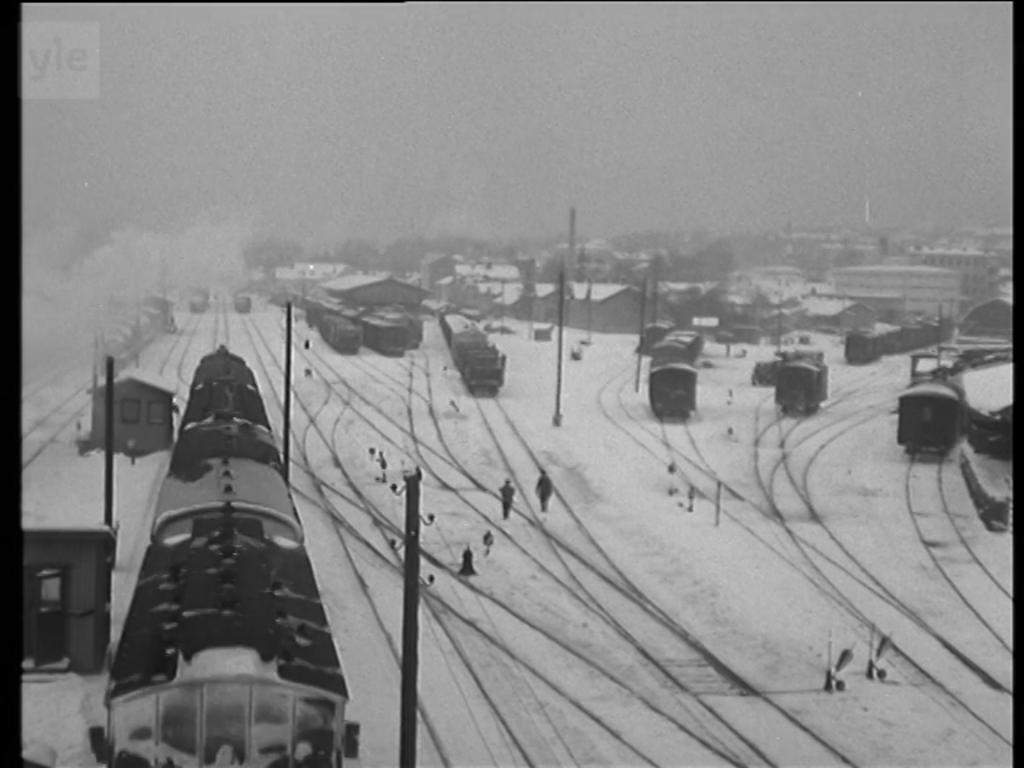 Jyväskylän ratapiha talvella 1952. Kuvakaappaus Maunu Kurkvaaran lyhytfilmistä Talvinen
